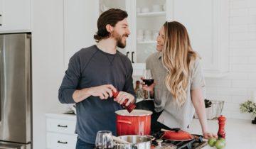 Dokonalé rande sa dá stráviť aj doma: 5 tipov, ako sa s partnerom zabaviť